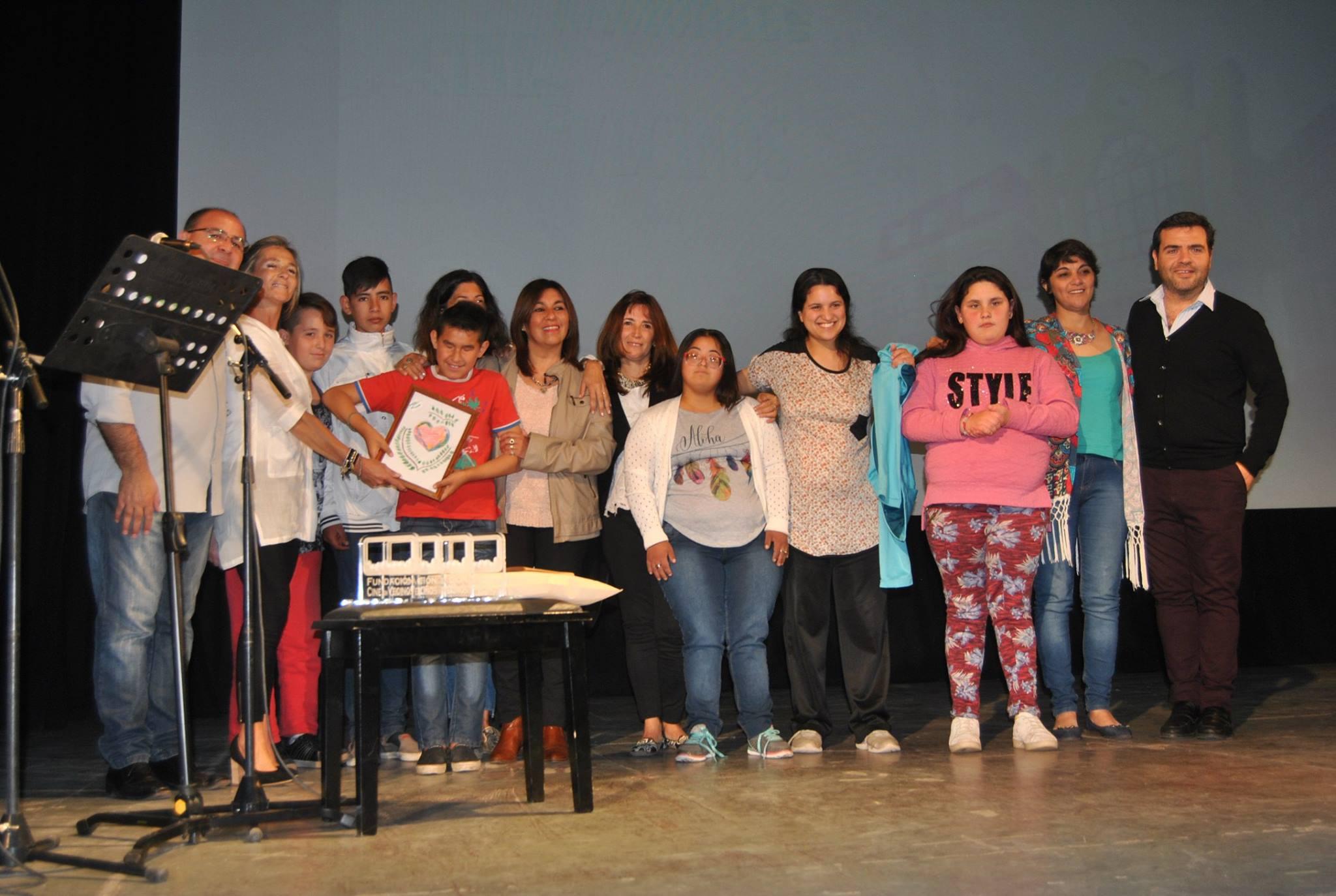 002 Docentes y alumnos de la Escuela de Educación especial 501 Hellen Keller de Saladillo